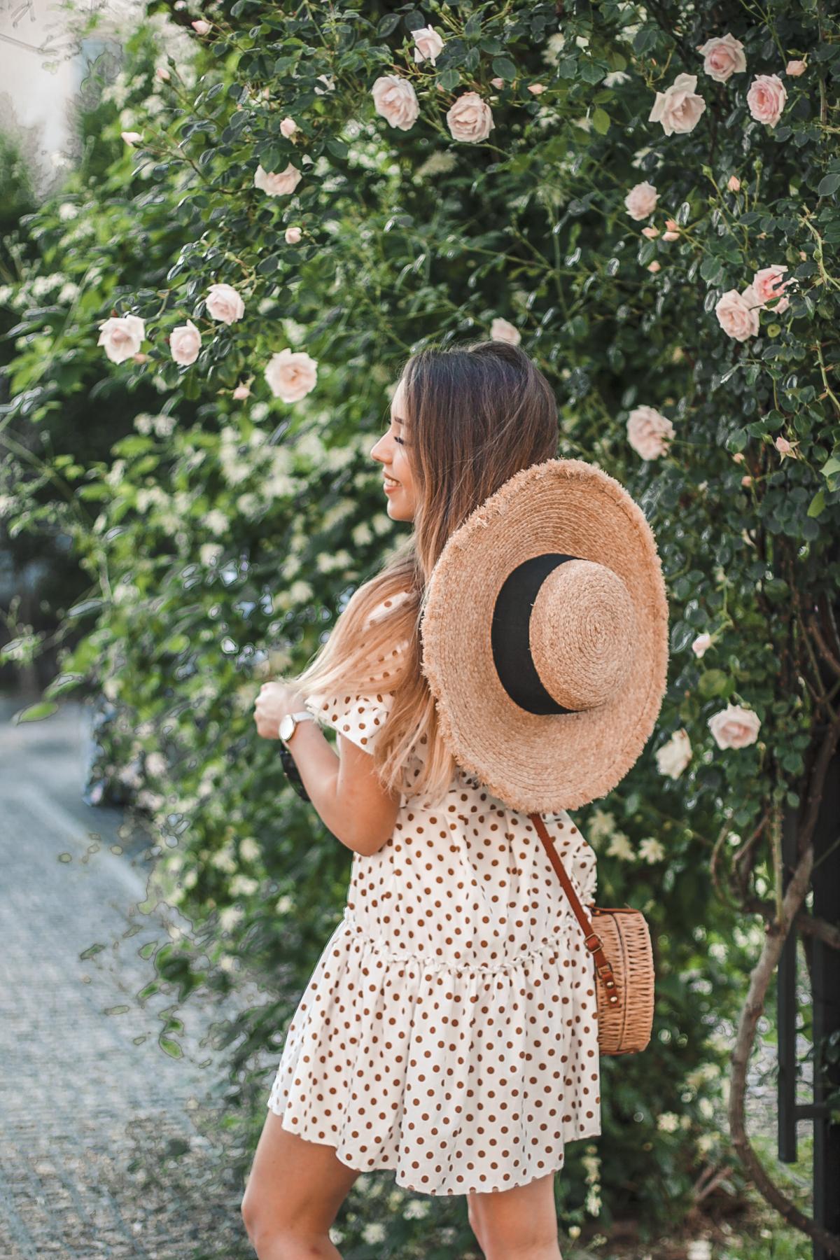 stylizacja z kapeluszem słomianym
