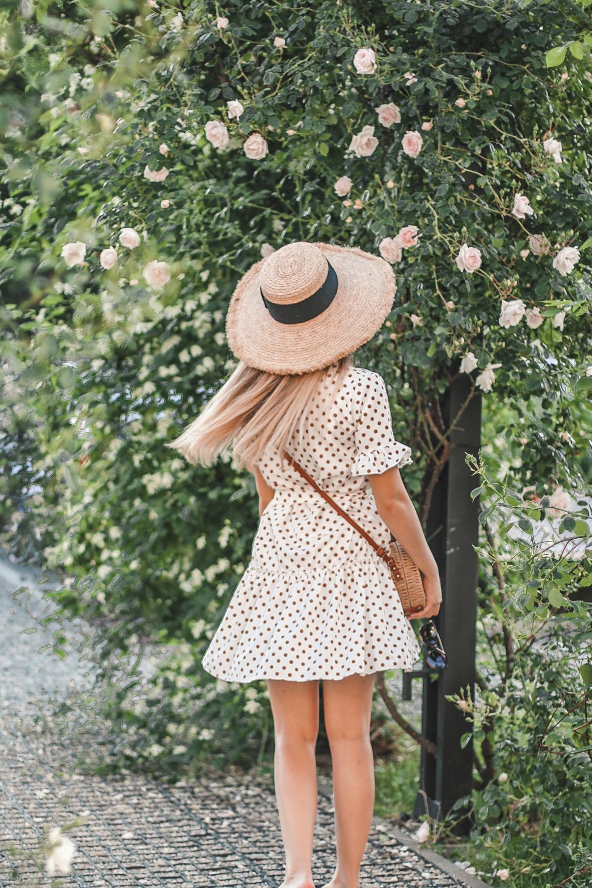 słomiany kapelusz zara i sukienka w groszki