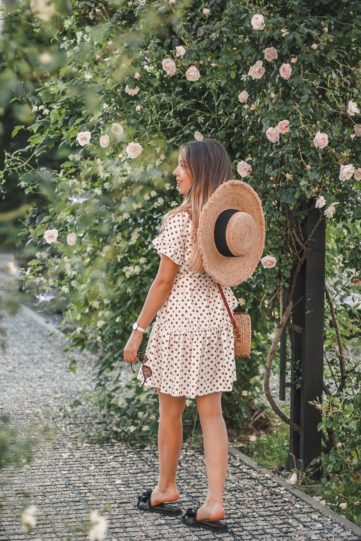 sukienka w groszki i falbanki