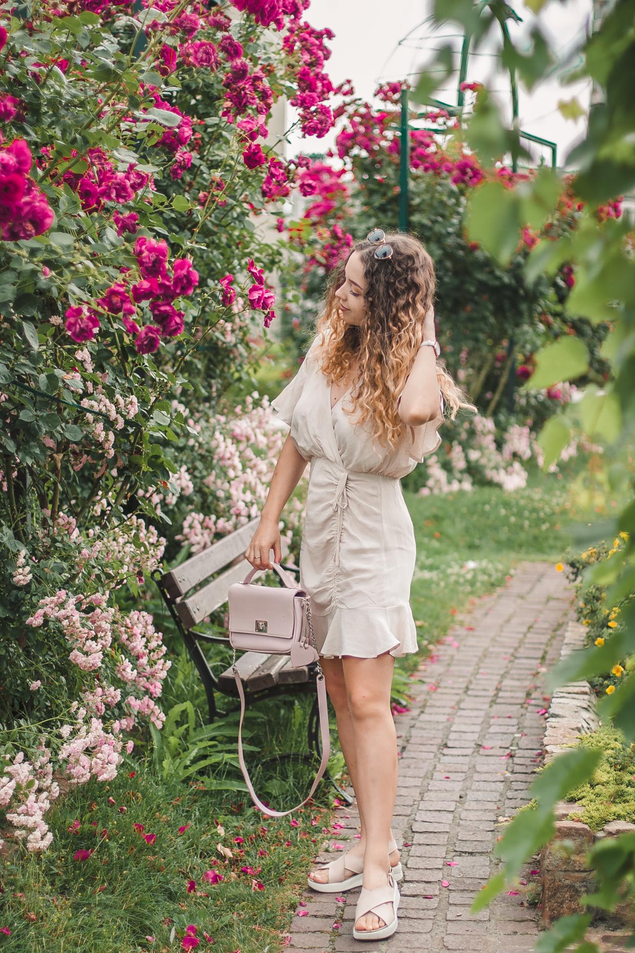 beżowa sukienka z falbaną na lato