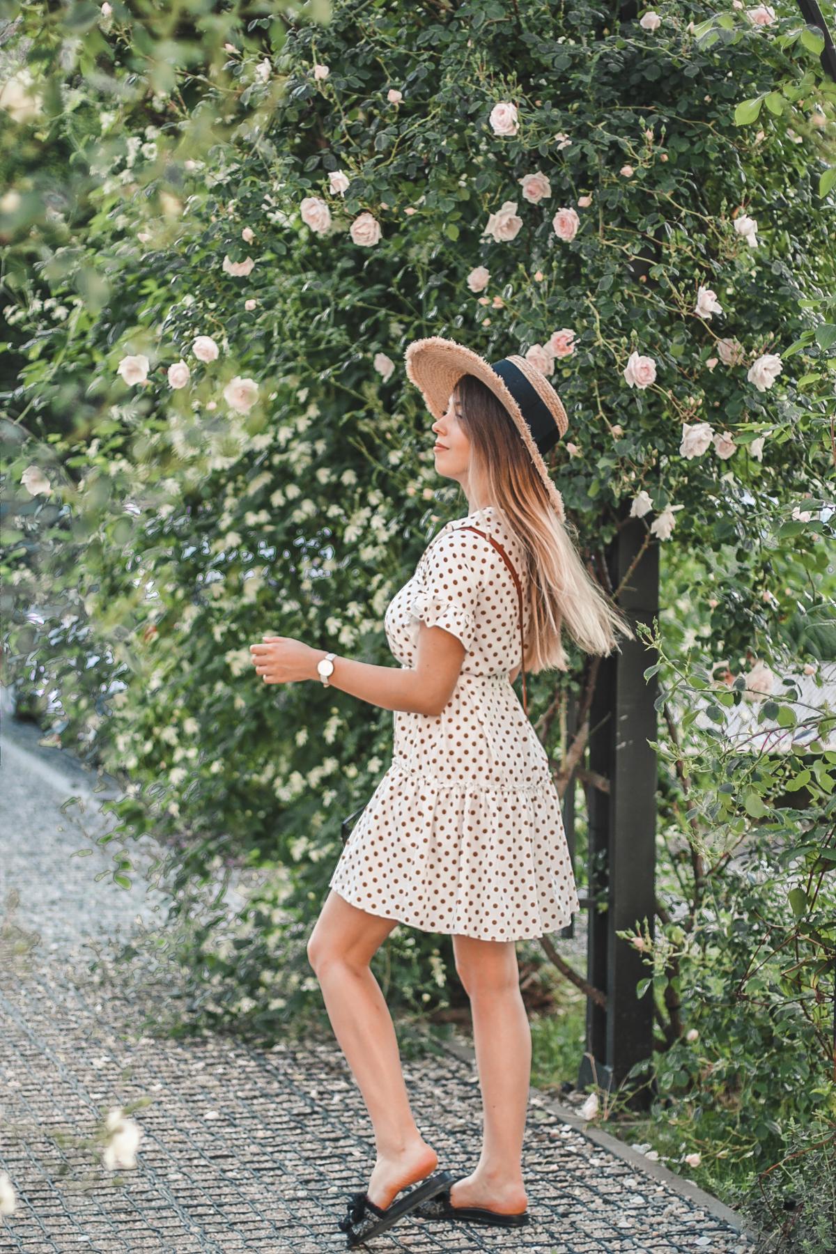 sukienka w brązowe groszki