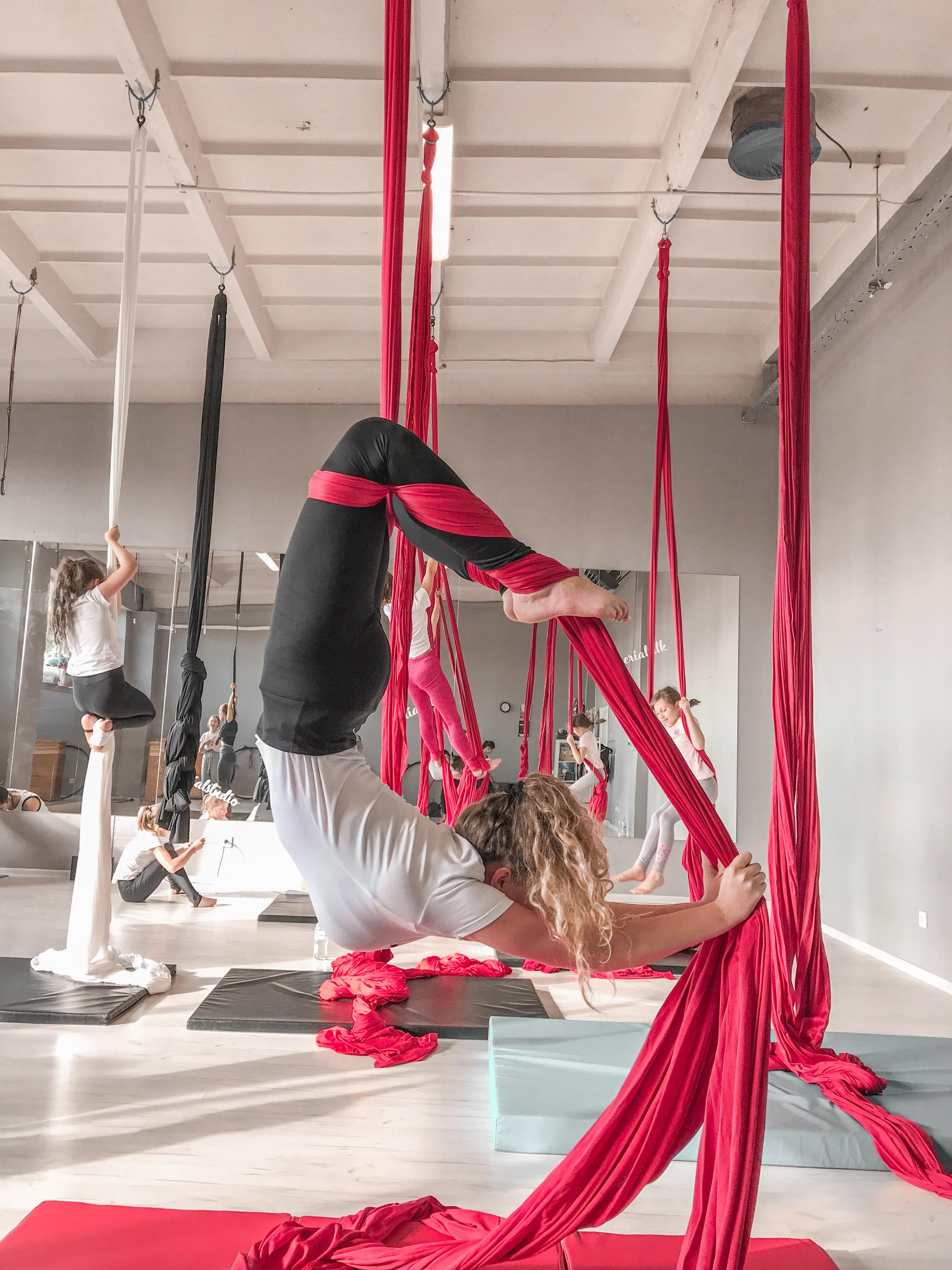 akrobatyka powietrzna na szarfach