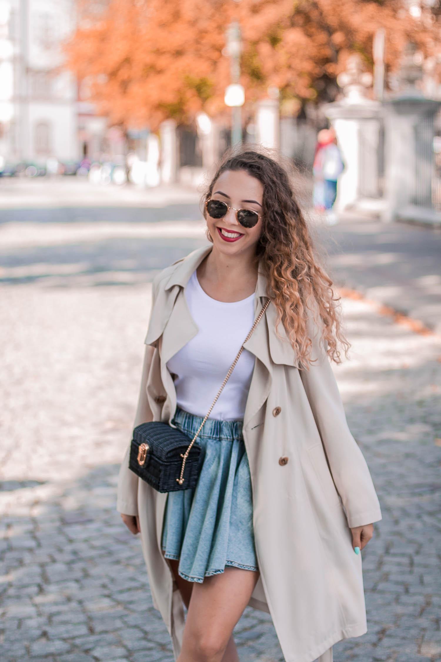 beżowy płaszcz jesienny