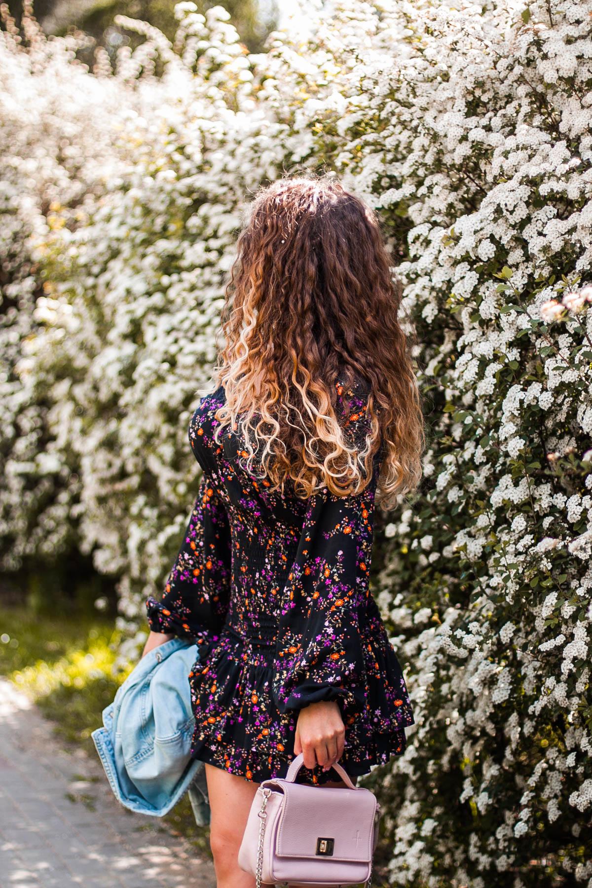 czarna sukienka w kwiaty ze sklepi Laurella