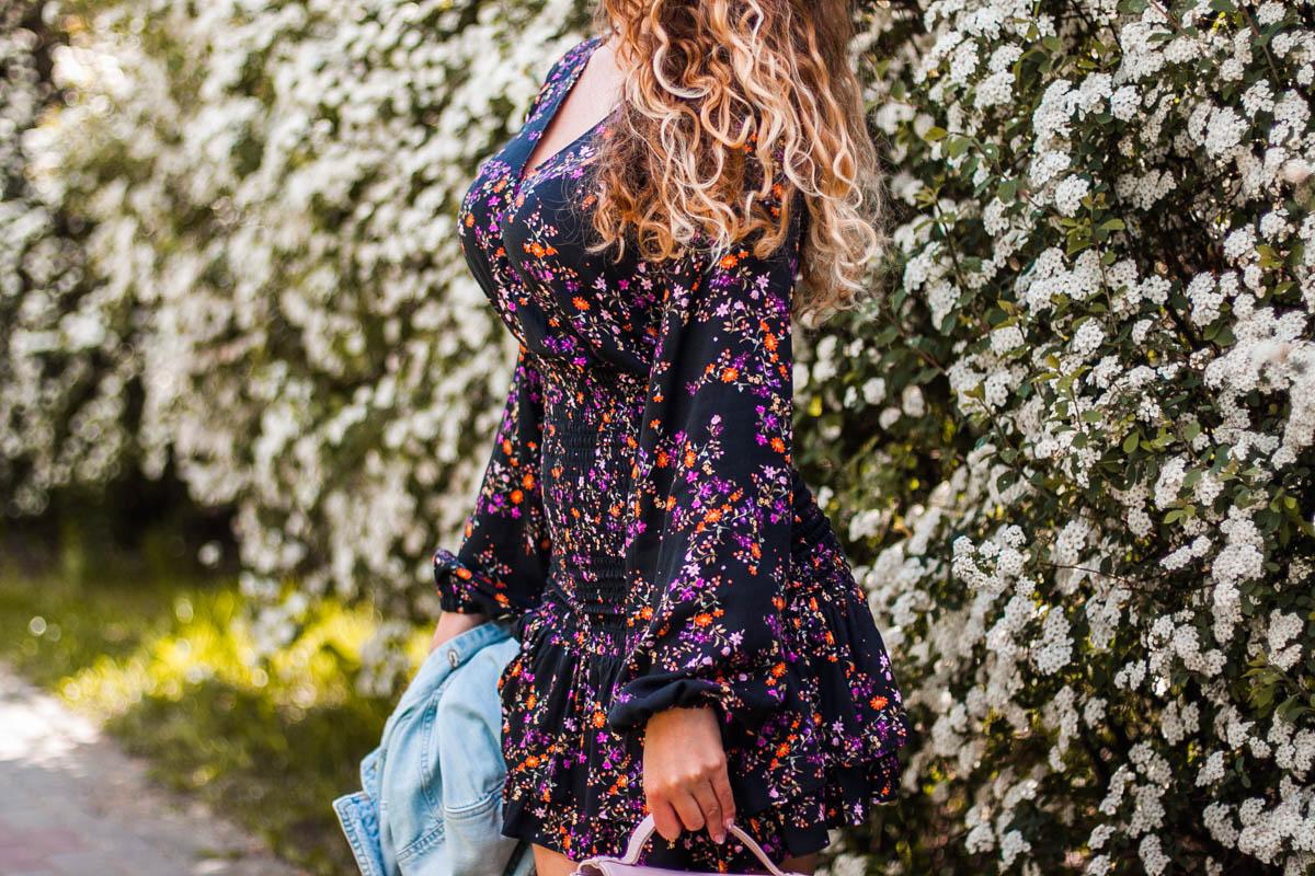 laurella sukienka z kwiatami i falbanami