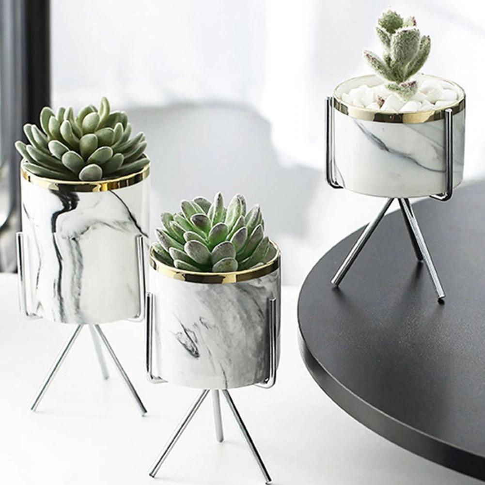 marmurkowe doniczki na metalowym stojaku