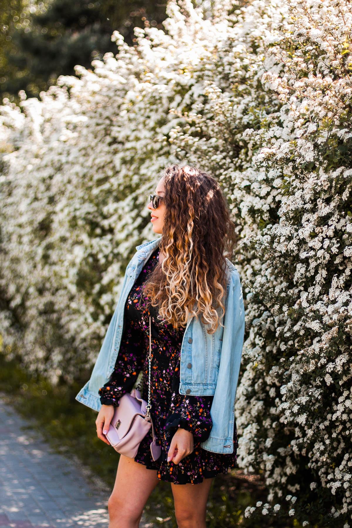 sukienka z kurtką jeansową