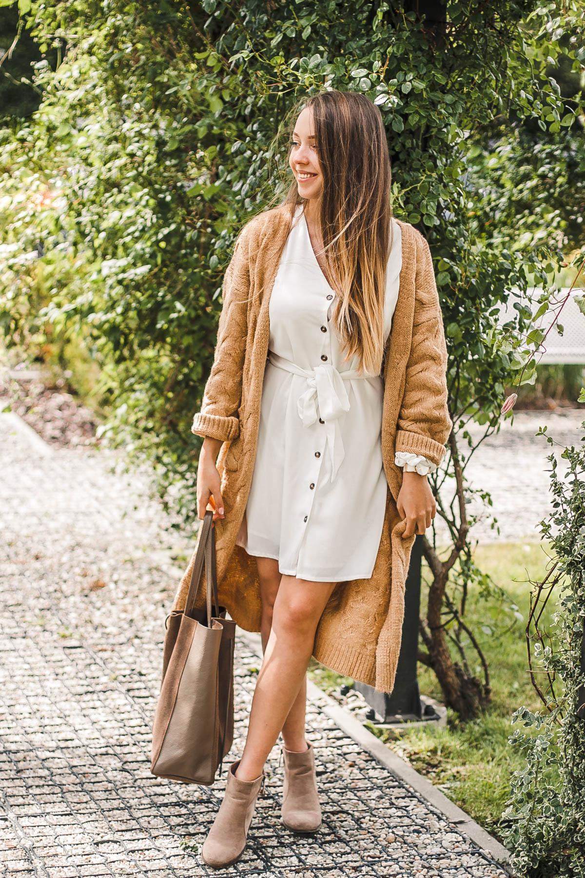 biała sukienka i  karmelowy kardigan