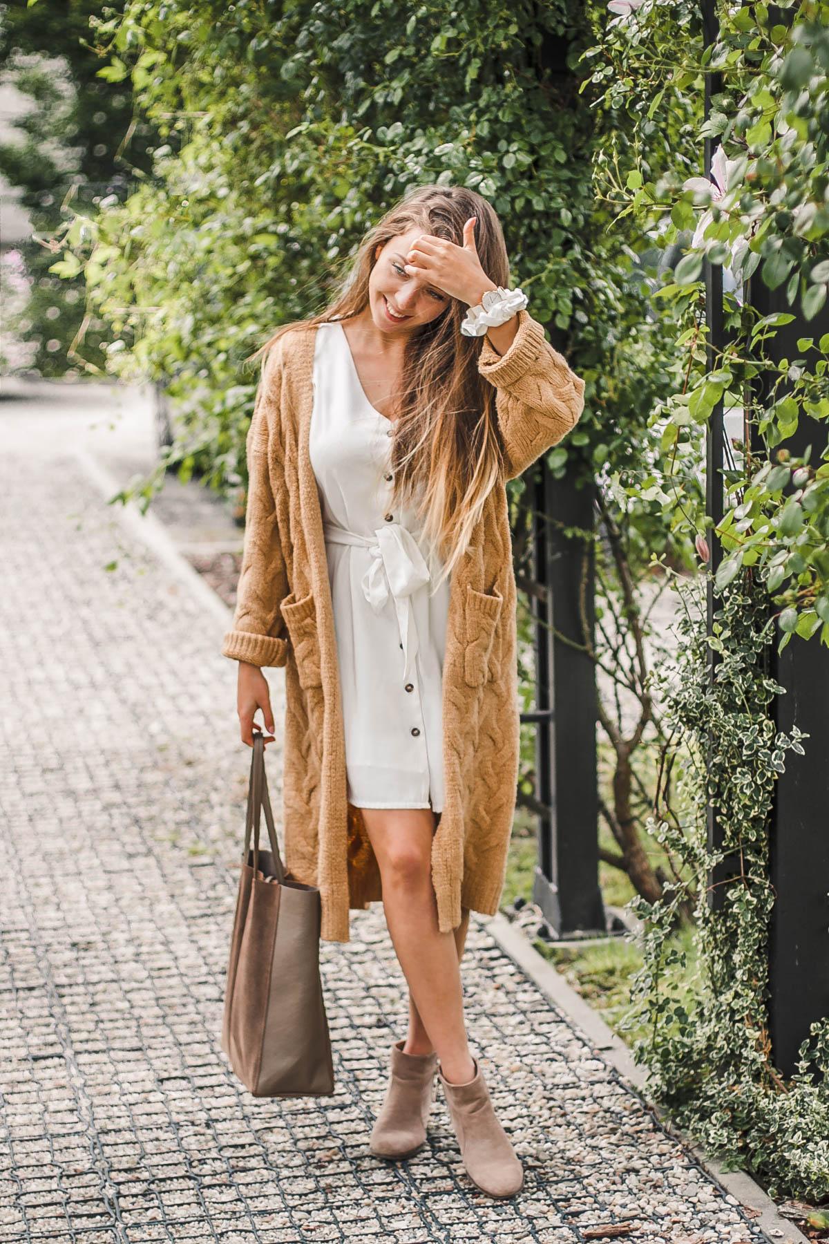 stylizacja karmelowy kardigan i sukienka