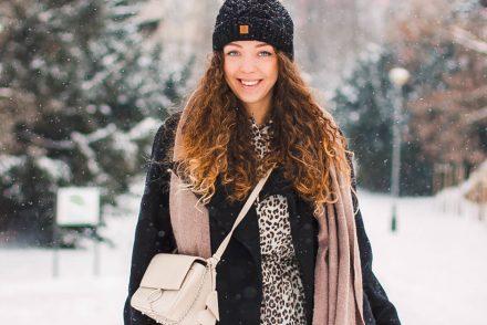 Jak nosić czarny płaszcz zimą stylizacja
