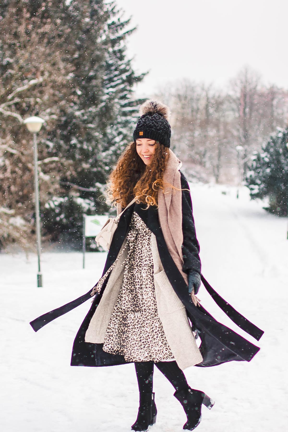 jak nosić czarny płaszcz