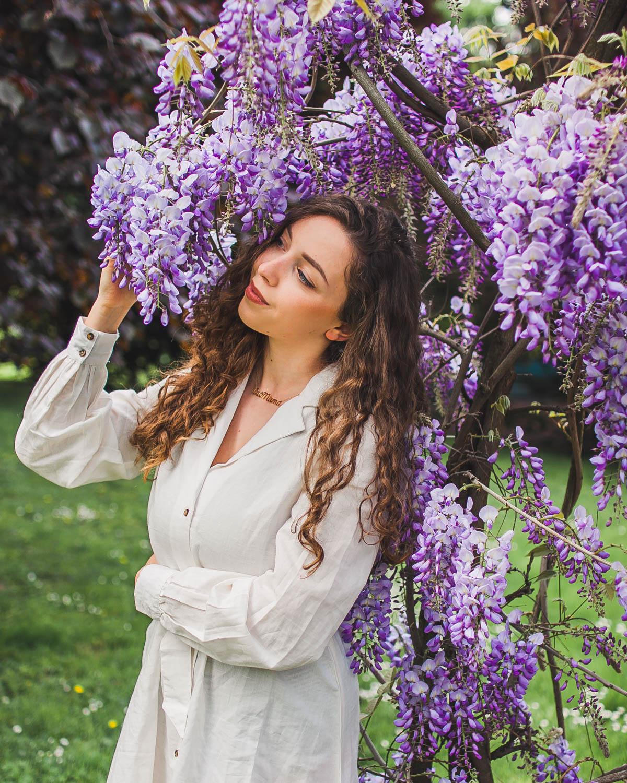wisteria wiosenna stylizacja z sukienką
